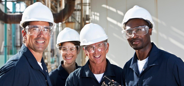 Lavoratori in azienda con elmetto